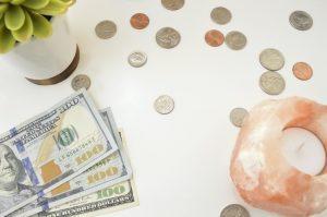 Ilustrasi investasi forex/valas dengan foto uang