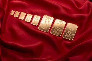 Ilustrasi investasi emas sebagai investasi jangka panjang dengan emas batangan beragam ukuran