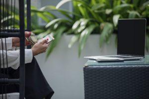 Ilustrasi orang mencari tahu tentang jenis-jenis asuransi jiwa melalui gadget